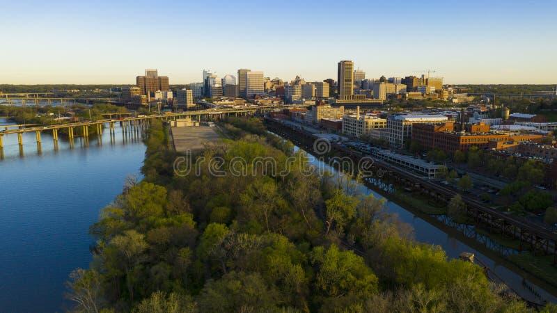 Früher Morgen-Licht-im Stadtzentrum gelegener Stadt-Skyline-Flussufer-Park Richmond Virginia stockfotos