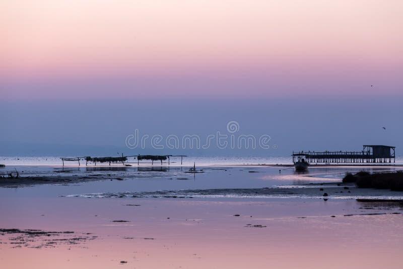 Früher Morgen, magischer Sonnenaufgang über Meer stockbild