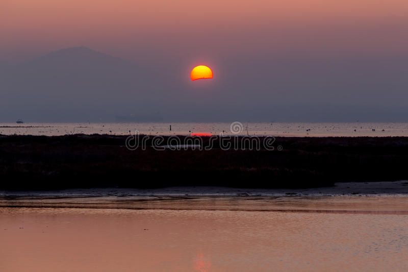 Früher Morgen, magischer Sonnenaufgang über Meer stockbilder