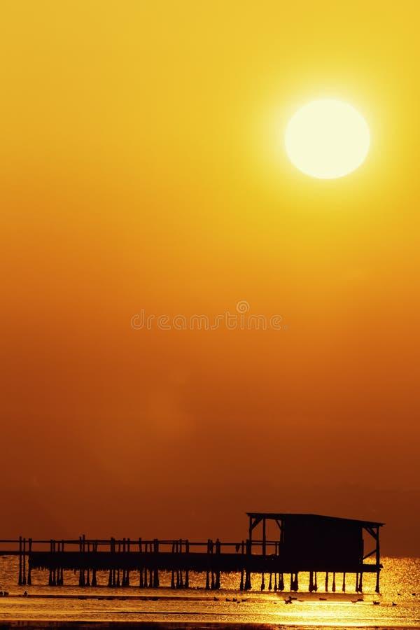 Früher Morgen, magischer Sonnenaufgang über Meer lizenzfreie stockfotos