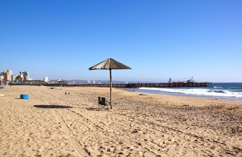 Früher Morgen am Strand in Durban, Südafrika lizenzfreie stockfotografie