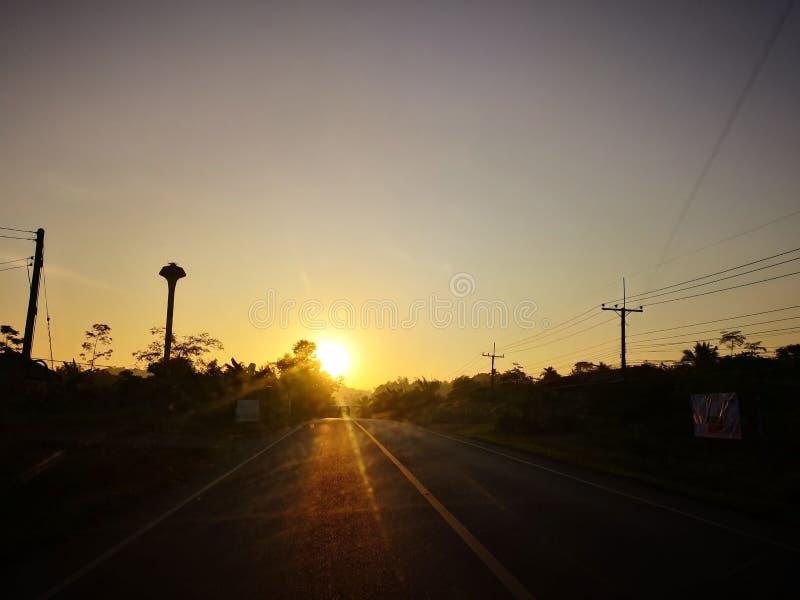 Früher Morgen und Beginnen des Lebenkonzeptes, unscharfe Landstraße mit lizenzfreie stockbilder