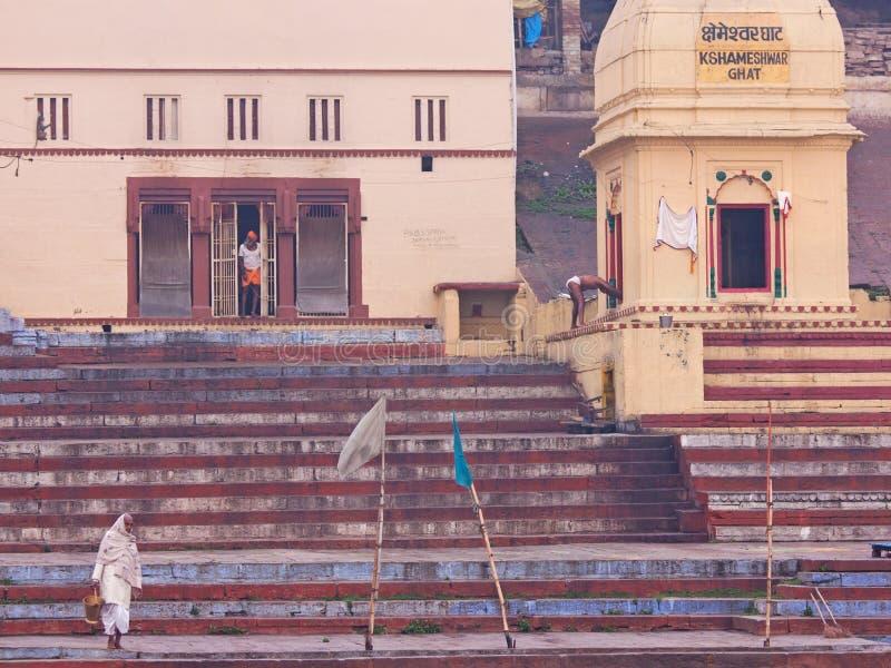 Früher Morgen in Varanasi auf dem Fluss der Ganges, Indien stockbild