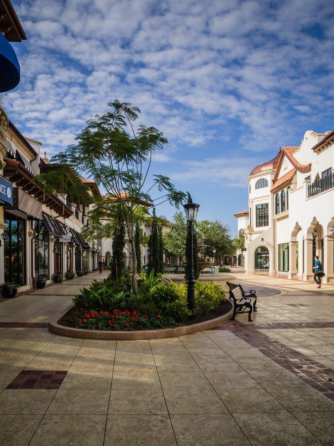 Früher Morgenspaziergang-Einkaufszentrum im Freien stockfotos