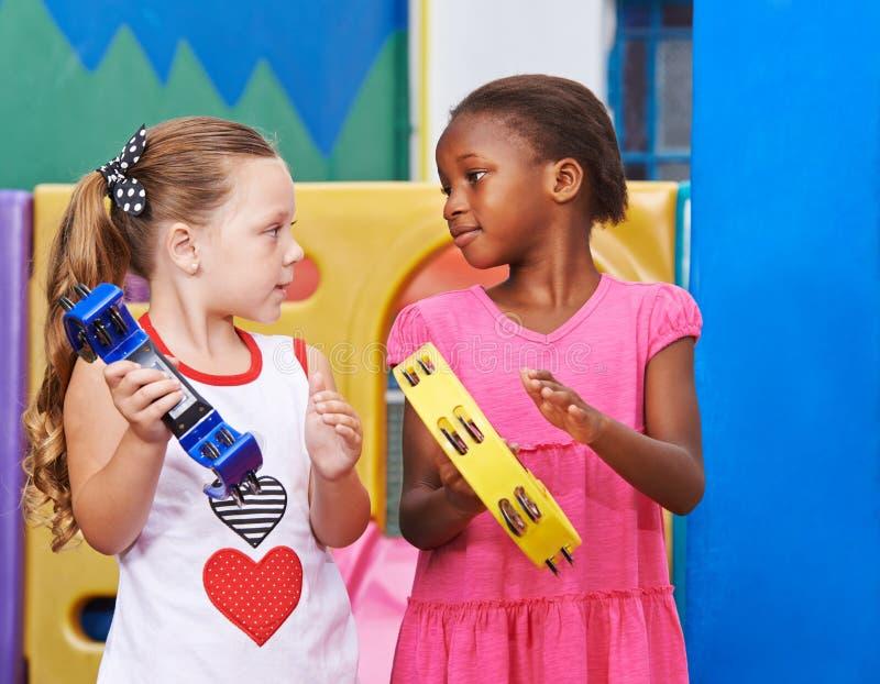 Früher Musikunterricht im Kindergarten lizenzfreie stockbilder