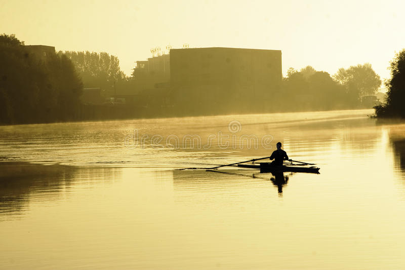 Früher Rower auf Fluss Trent lizenzfreies stockbild