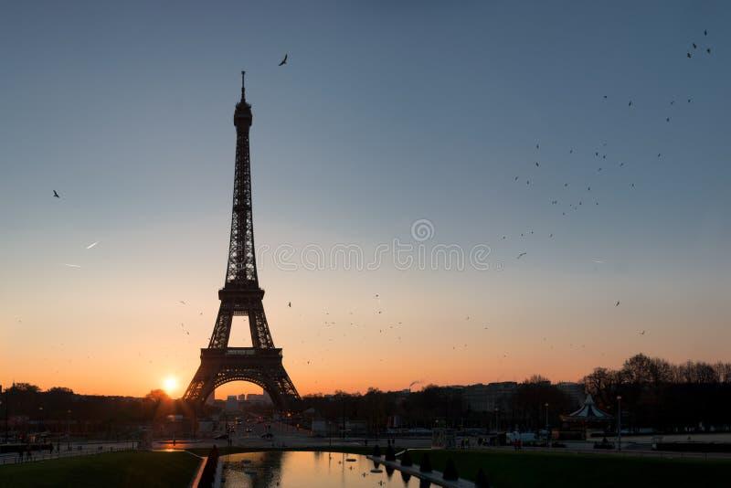 Früher Sonnenaufgang über Paris lizenzfreies stockbild
