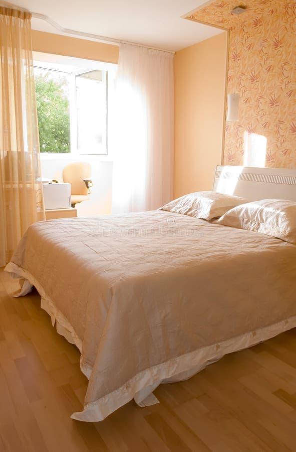 Früher sonniger Morgen des Schlafzimmers stockbilder
