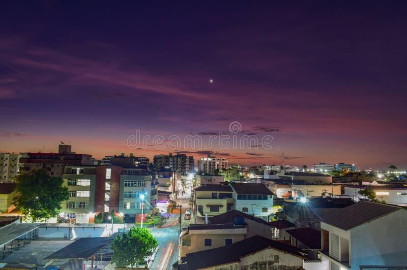 früherer Abend in einer brasilianischen Küstenstadt stockbilder