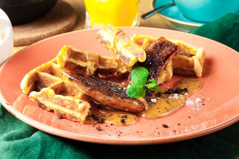 Frühes Frühstück in einem Café, in den Waffeln und in der Eiscreme stockbild