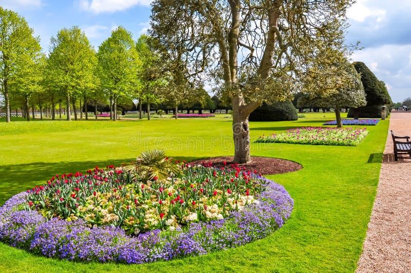 Frühjahr in Hampton Court Gardens, London, Vereinigtes Königreich stockfotos