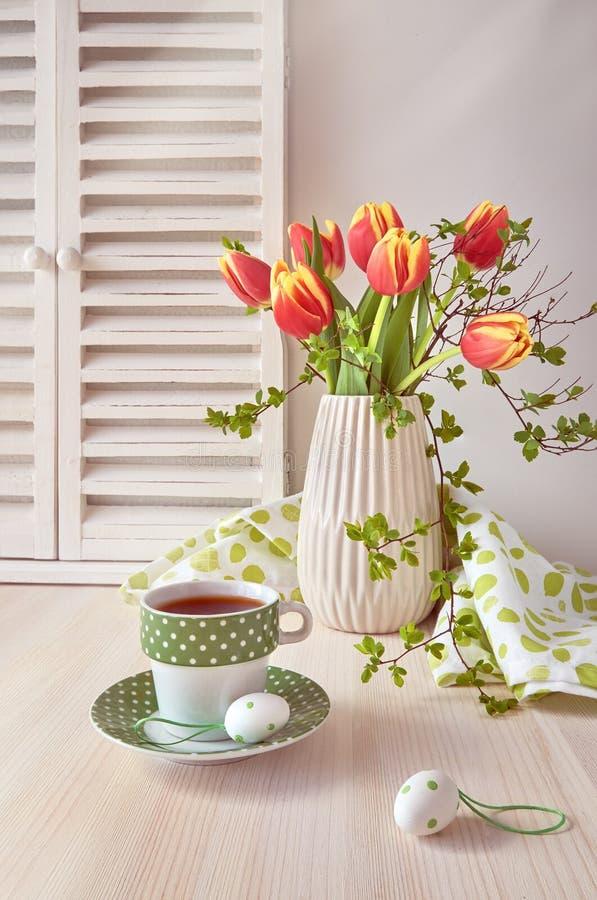 Frühjahrgruß-Kartendesign mit Bündel roten Tulpen, espres lizenzfreie stockfotografie