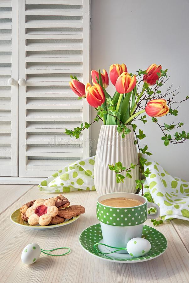 Frühjahrgruß-Kartendesign mit Bündel roten Tulpen, espres lizenzfreies stockfoto