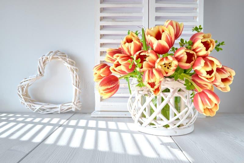 Frühjahrgruß-Kartendesign mit Bündel roten Tulpen und spr stockbilder