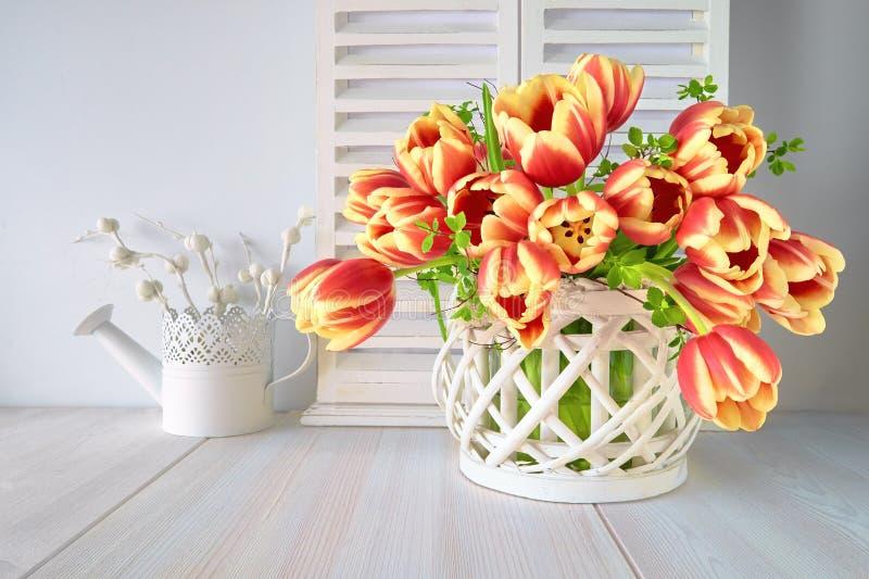 Frühjahrgruß-Kartendesign mit Bündel roten Tulpen und spr lizenzfreie stockfotografie