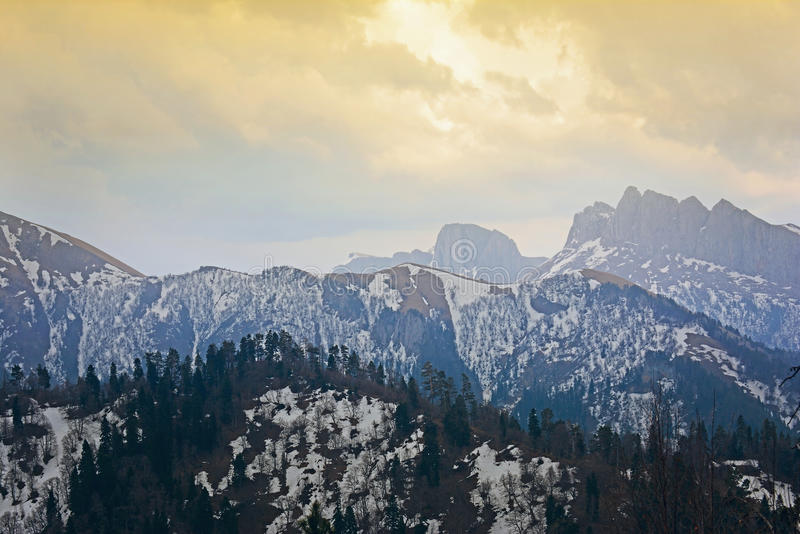 Frühjahrlandschaft des Kaukasus bedeckt durch Schnee mit drastischer Beleuchtung stockfotografie