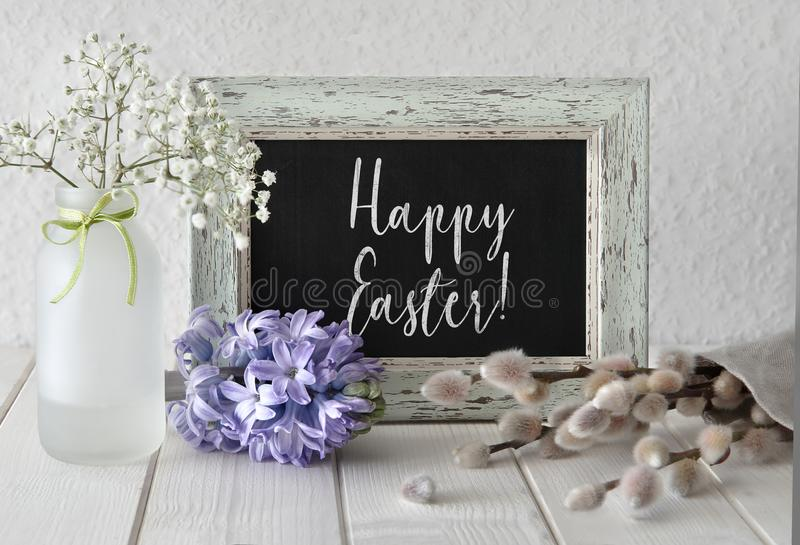 Frühling blüht um eine Tafel im rustikalen Rahmen, Text lizenzfreies stockfoto
