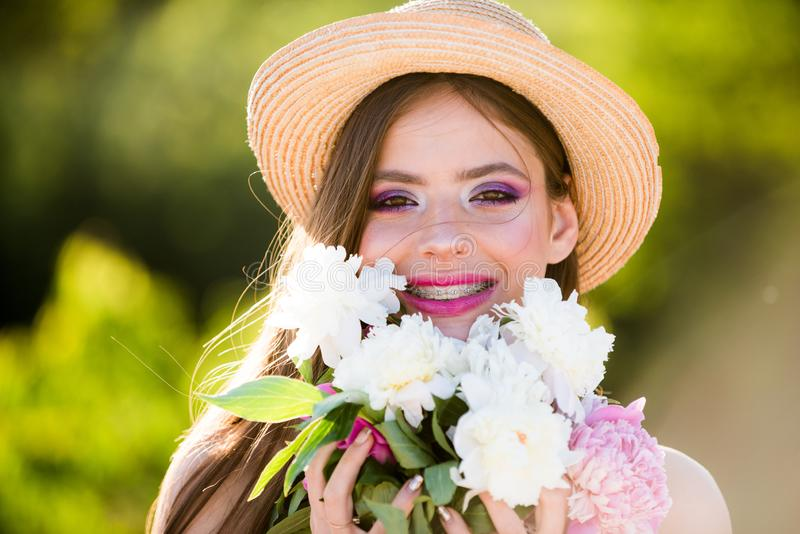 Frühling ist in meinem Herzen E Reise im Sommer Frau mit Art und Weiseverfassung gelbes und grünes Konzept Frühjahr und stockbilder