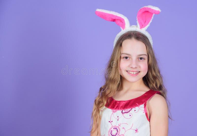 Frühling ist Naturen, die Weise des Sagens Partei lässt Tragende Häschenohren des kleinen Mädchens Kleines Mädchen im Häschenstir stockfotografie