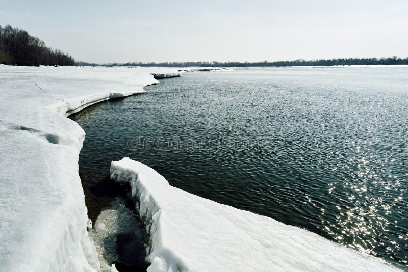 Frühling kommt in Sibirien Eiszerstampfungen auf dem Fluss, Baumstände ohne Blätter lizenzfreie stockfotos