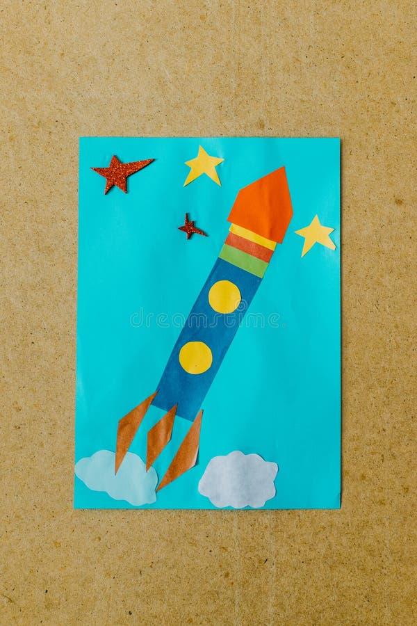 Frühling, Sommer-DIY-Kinderarbeit Ideen, Vorschulaktivitäten Einfache Kunsthandwerksideen, kreative Papierprojekte für Kinder Spa lizenzfreies stockfoto