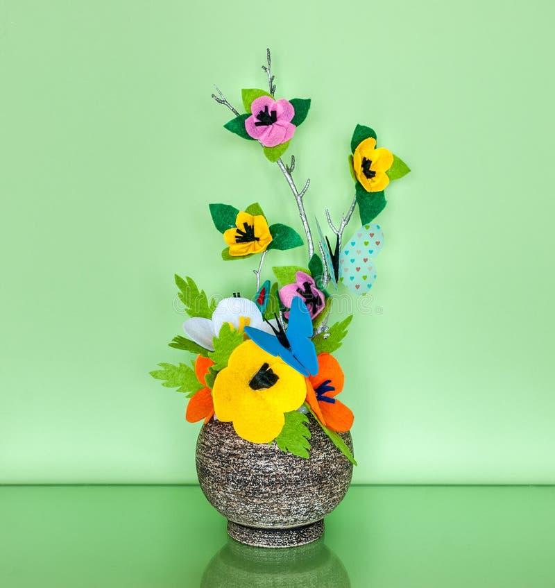 Frühlings-Dekoration mit handgemachten Filz-Blumen lizenzfreies stockbild