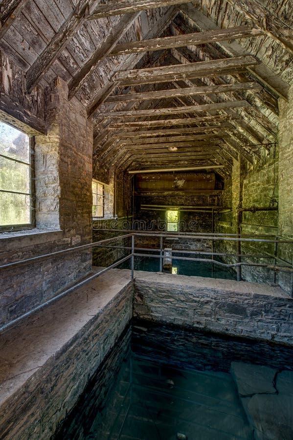 Frühlings-haus- verlassene alte Krähen-Brennerei - Kentucky lizenzfreies stockfoto
