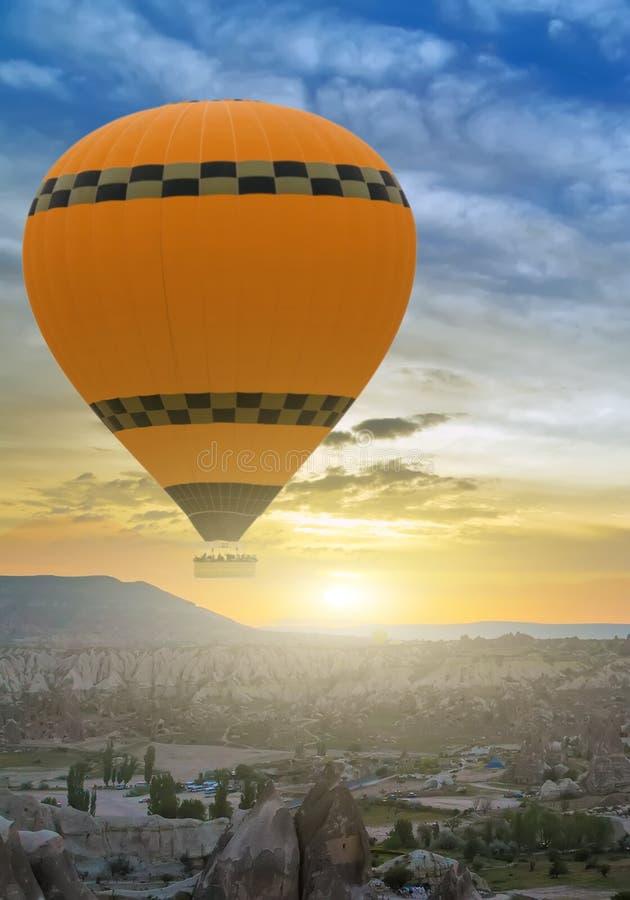 Frühlings-Heißluft-Ballonfahrt bei Sonnenaufgang lizenzfreie stockbilder