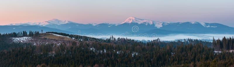Frühlings-Karpatengebirgshochebenenlandschaft des frühen Morgens lizenzfreie stockfotografie