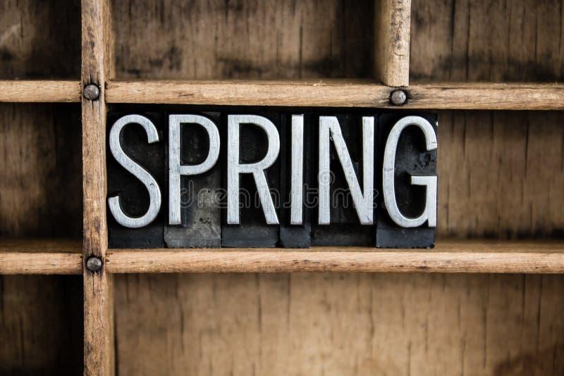 Frühlings-Konzept-Metallbriefbeschwerer-Wort im Fach stockbild
