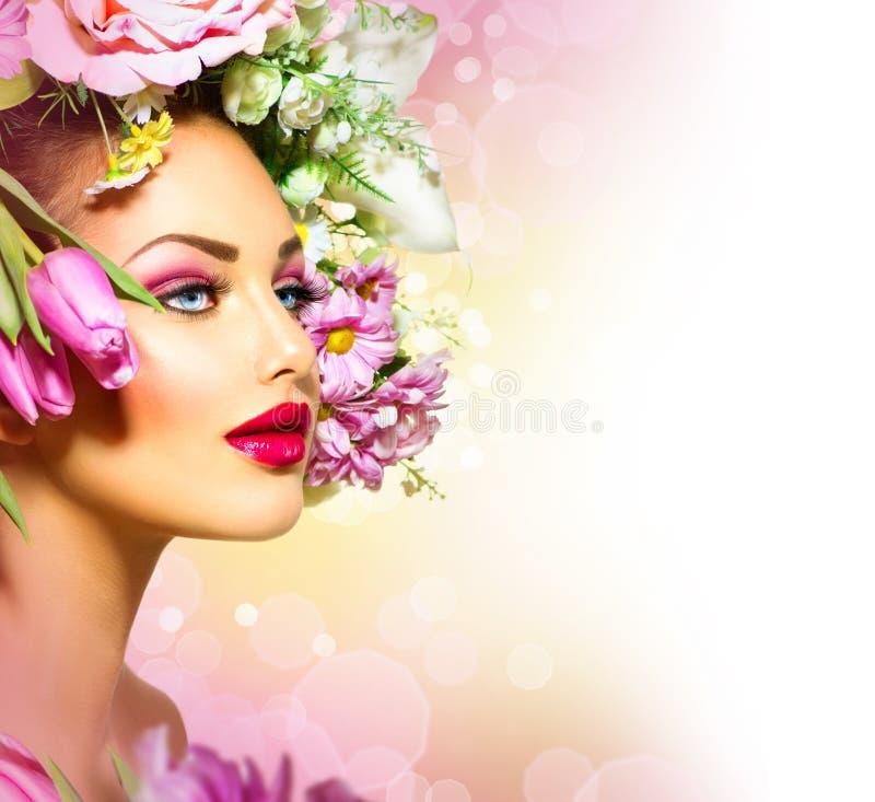 Frühlings-Mädchen mit Blumen-Frisur lizenzfreie stockfotografie