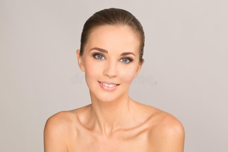 Frühlings-Modell mit Blume Schönes Lächeln der jungen Frau stockfoto