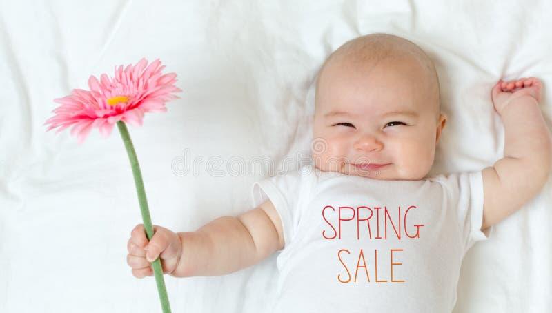 Frühlings-Verkaufsmitteilung mit Baby lizenzfreie stockfotografie