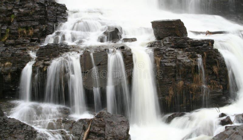 Frühlings-Wasserfall lizenzfreie stockfotos