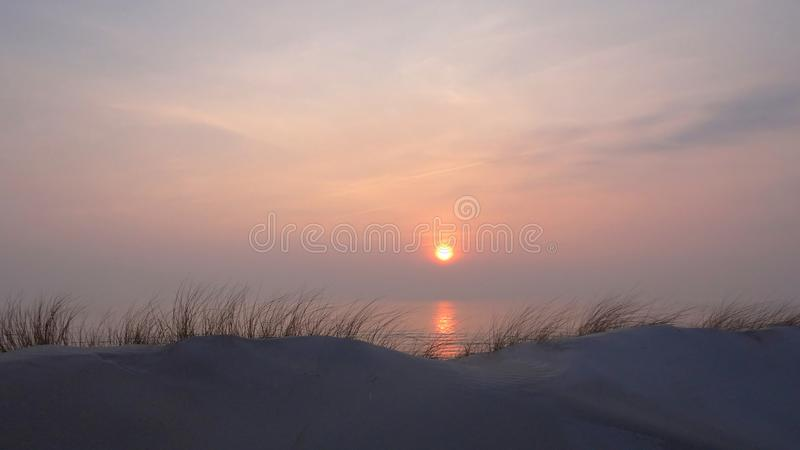 Frühlingsabend auf den Dünen, nahe Ostsee lizenzfreie stockfotos