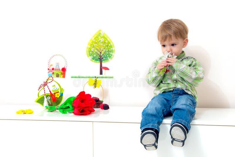 Frühlingsanordnung des kleinen Jungen stockfotografie