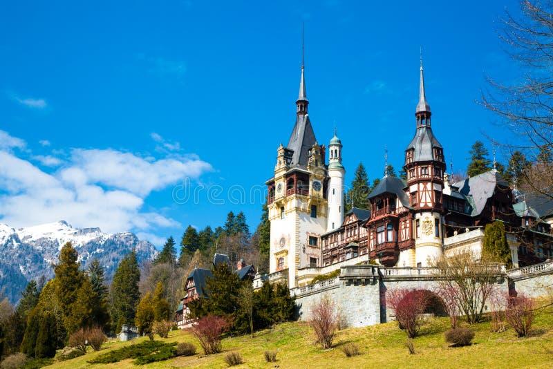 Frühlingsansicht von Peles-Schloss mit Schnee Bucegi lizenzfreie stockfotografie