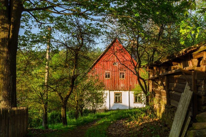 Frühlingsansicht zum Häuschen in der Landschaft lizenzfreies stockbild