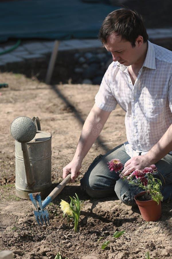 Frühlingsaufgaben im Garten stockbilder