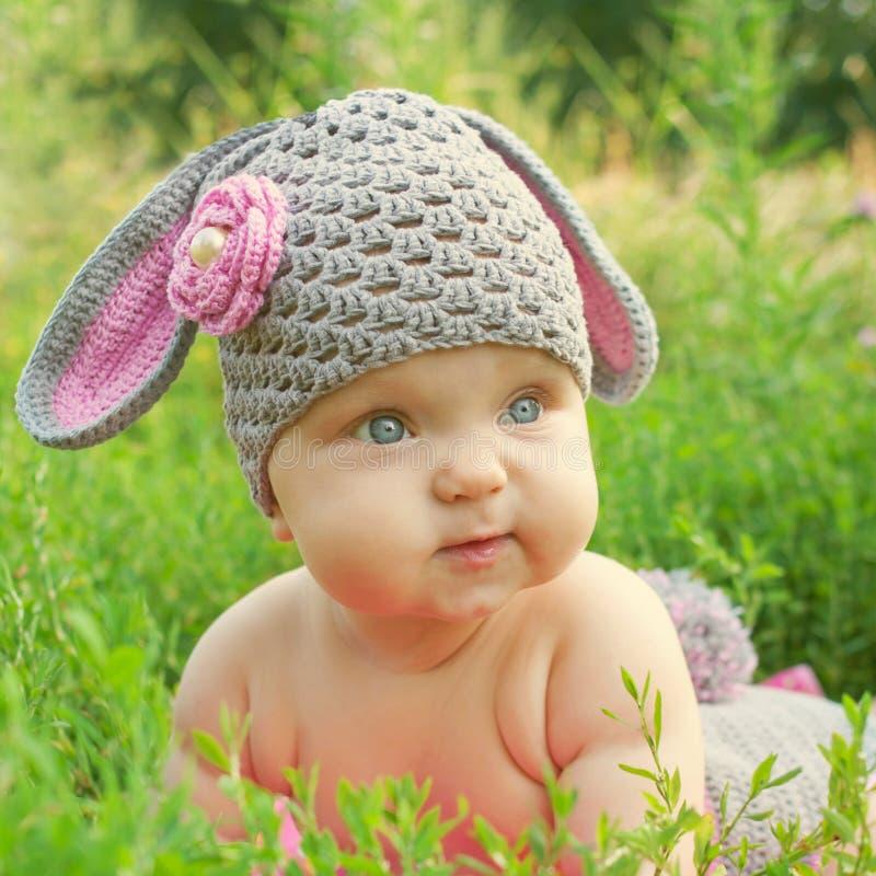 Frühlingsbaby mögen Osterhasen lizenzfreie stockfotografie