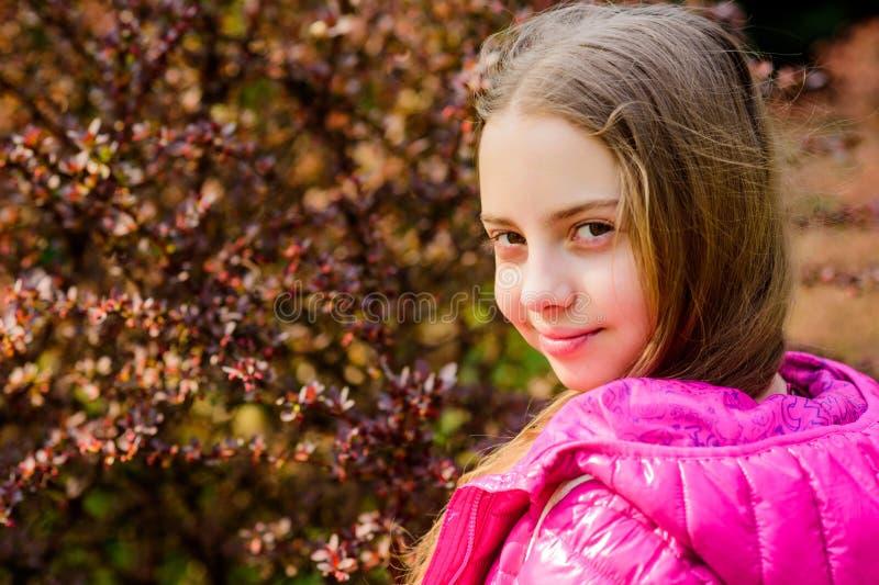 Frühlingsblütenduft Jugendlich Weg des Mädchens im botanischen Garten Ruhiger Umweltgarten Genie?en der Natur Kindernette Fantasi stockfoto