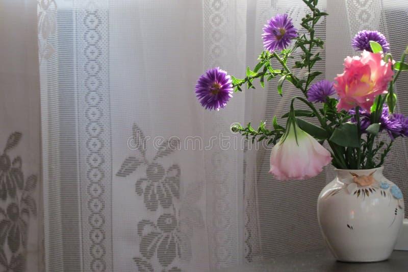 Frühlingsblumen in einem Vase lizenzfreies stockfoto