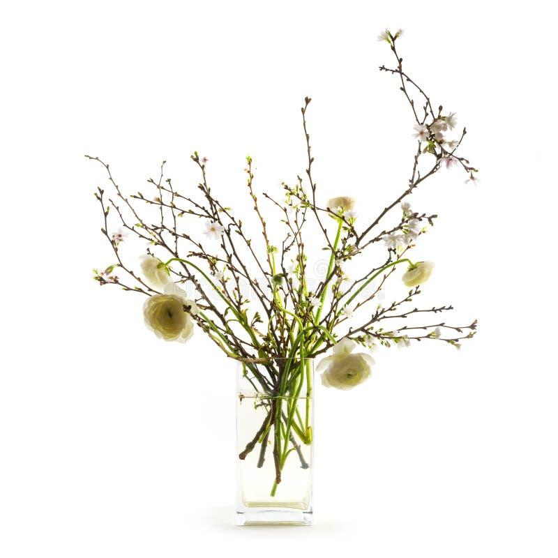 Frühlingsblumenblumenstrauß mit weißem ranunkeln und blühender Kirsche b lizenzfreie stockfotos