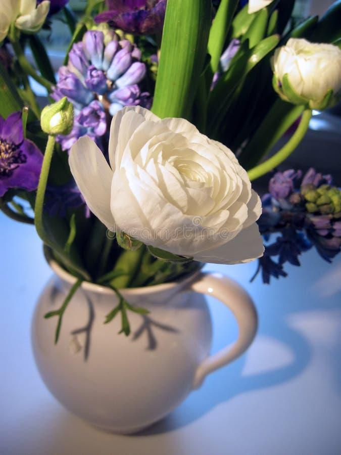 Frühlingsblumenstrauß mit Fokus auf Ranunculus stockbild