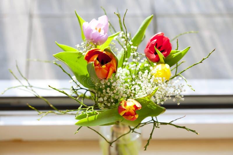 Frühlingsblumenstrauß mit Tulpen lizenzfreie stockbilder