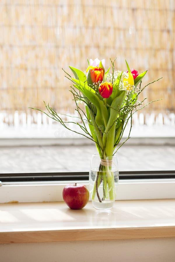 Frühlingsblumenstrauß mit Tulpen stockfotos