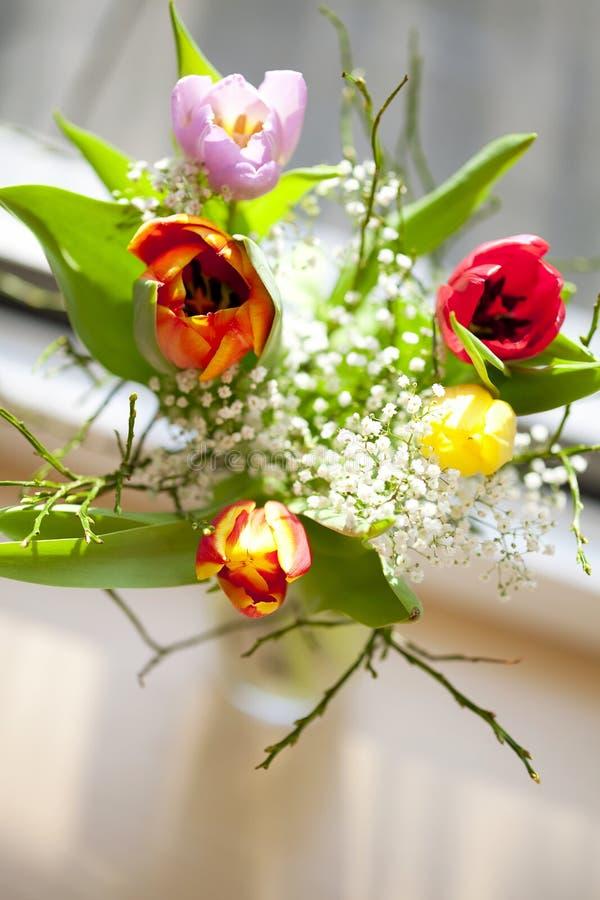 Frühlingsblumenstrauß mit Tulpen stockbild