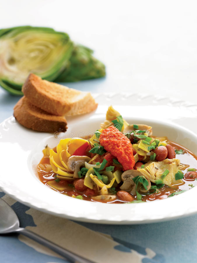 Frühlingseintopfgericht mit gebratenem roter Pfeffer Pesto lizenzfreie stockfotografie