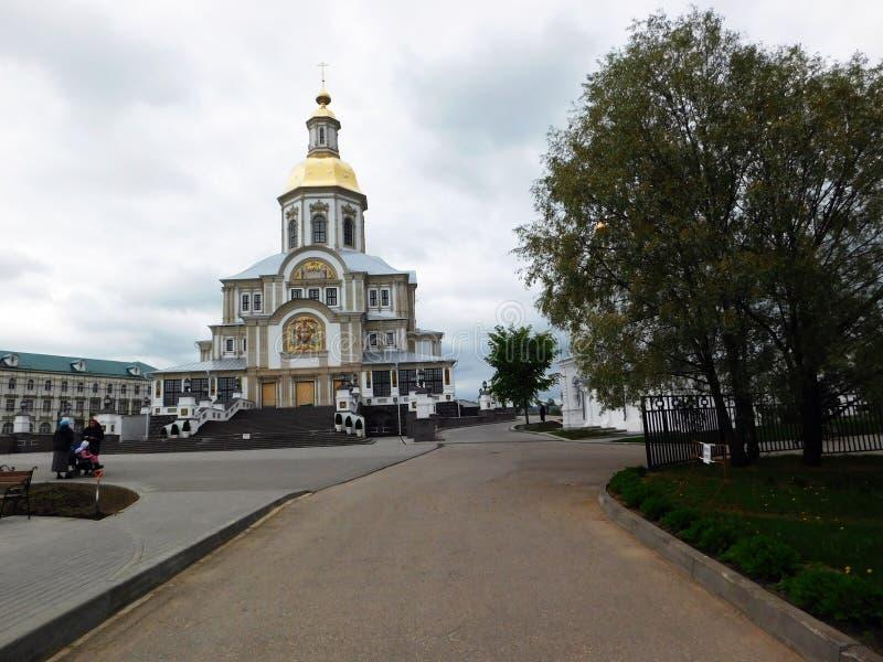 Frühlingsgasse mit der Kathedrale auf dem Hintergrund stockfotos