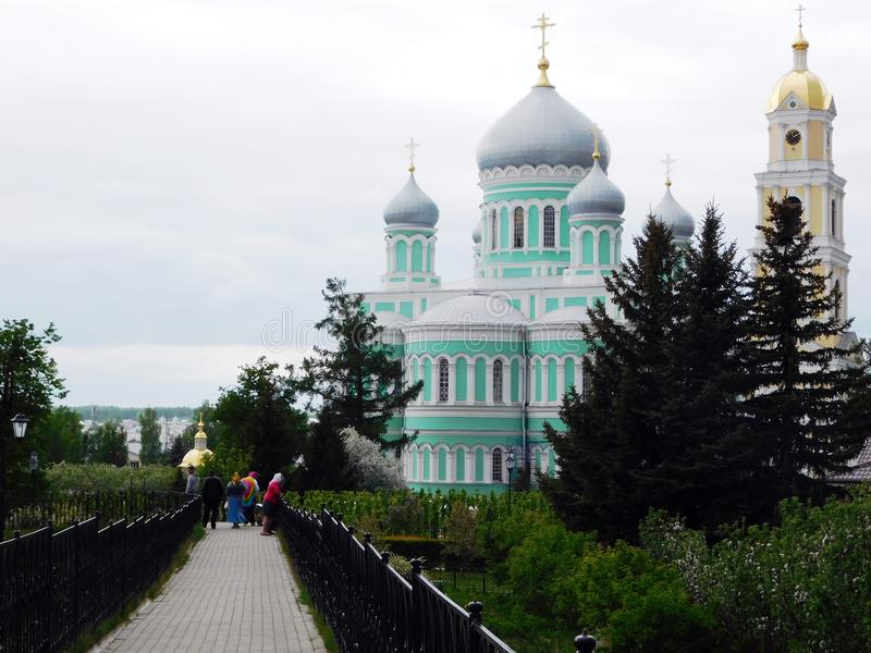 Frühlingsgasse mit der Kathedrale und der Kapelle auf dem Hintergrund lizenzfreie stockbilder